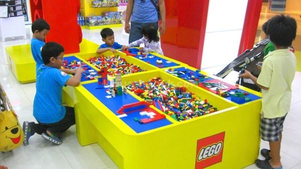 Kids playing Legos